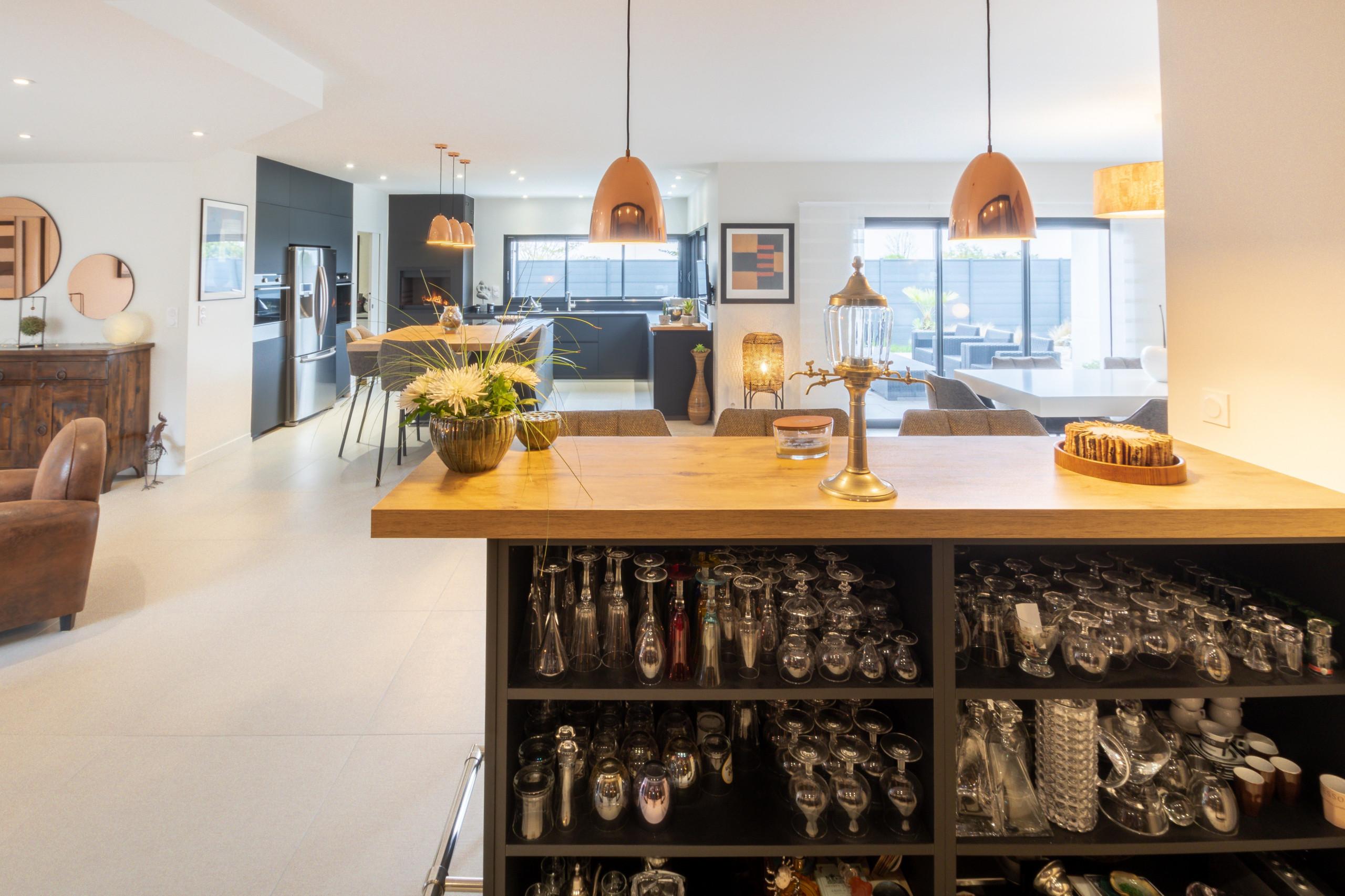 Réalisation d'une cuisine et d'un bar à vin dans une villa chic contemporaine