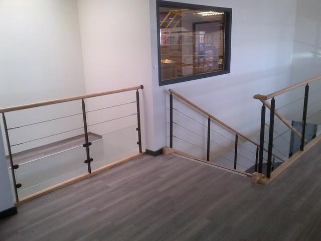 Escalier droit fonctionnel et garde-corps sur mezzanine/passerelle ...