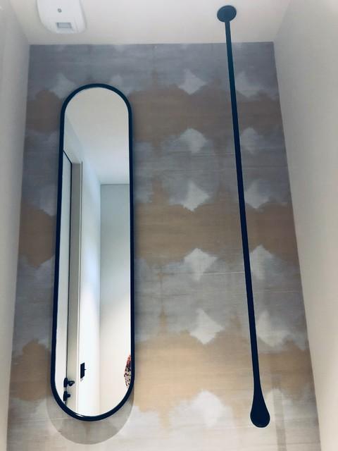 Un Papier peint Elitis dans des toilettes chics - Une Maison ...