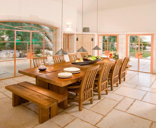 テーブルの真ん中にユニークな形の器を置いて、植物やフルーツを盛ってリゾートのような雰囲気をプラス。テーブルの端にはガラスの容器に入ったフルーツも置かれています。