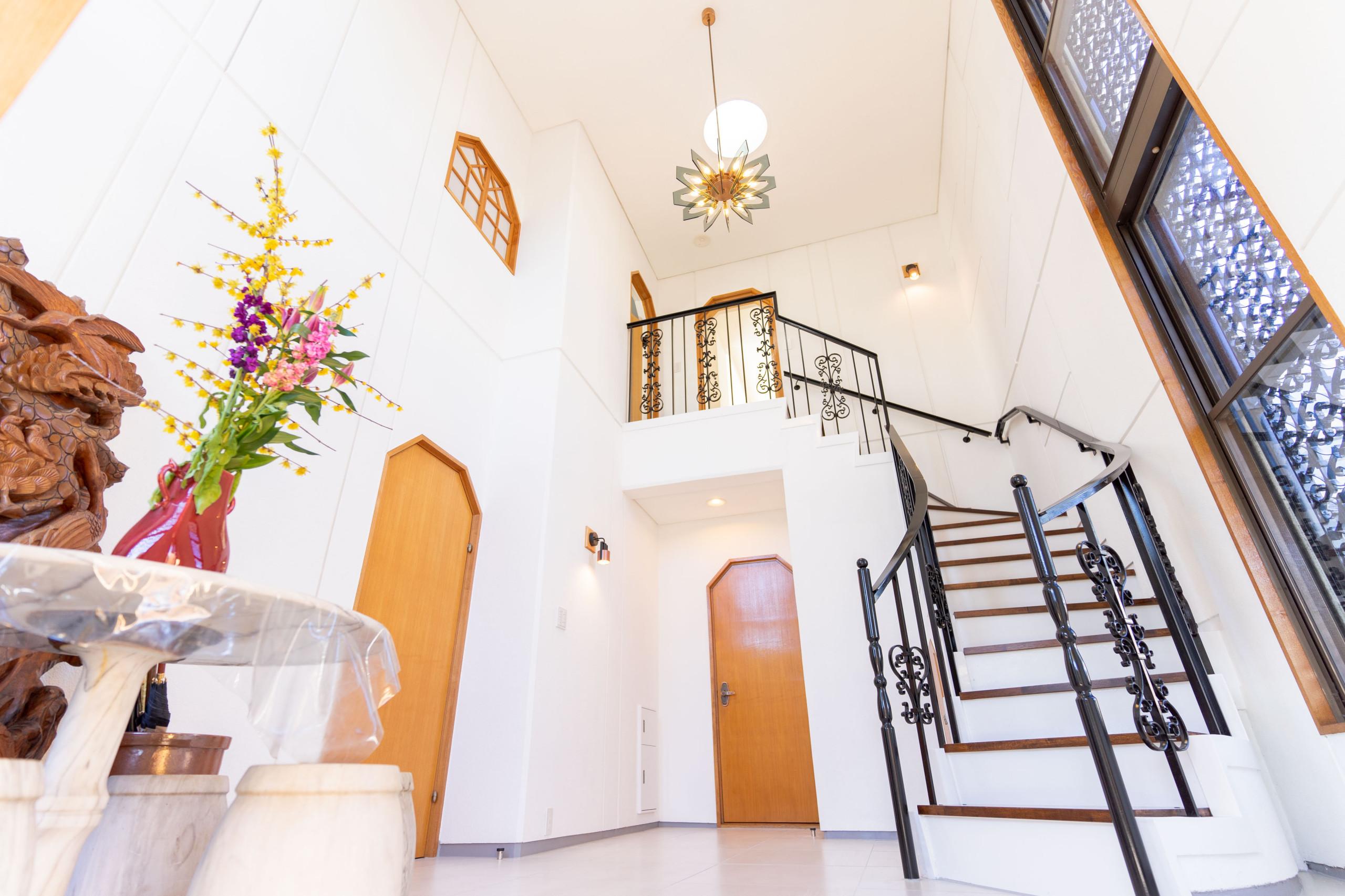 白を基調とした邸宅(玄関)