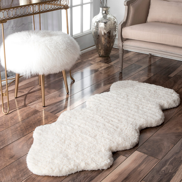 Hand-Tufted Faux Sheepskin Quarto Pelight White Shag Rug.