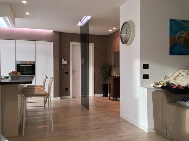 Vista open space cucina e soggiorno - Moderno - Milano - di BF interior