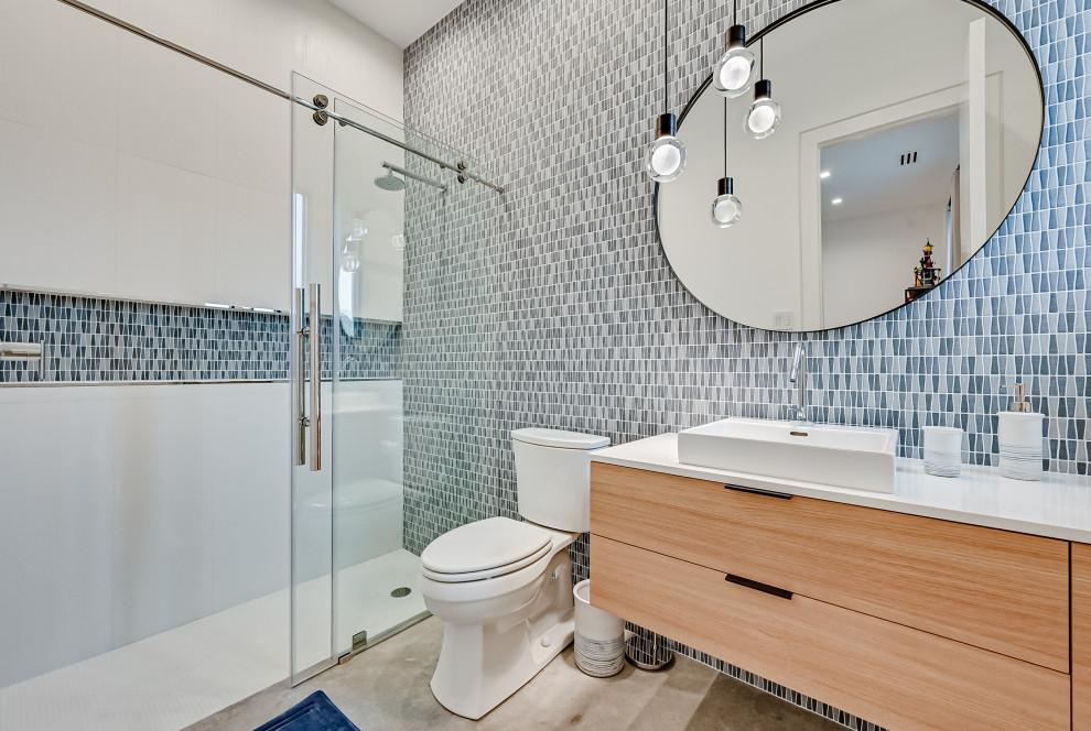 Immagine di una stanza da bagno design con ante lisce, ante in legno chiaro, doccia alcova, WC a due pezzi, lavabo a bacinella, pavimento grigio, porta doccia scorrevole, top bianco, un lavabo e mobile bagno sospeso