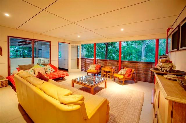 HANG 10 HOLIDAY HOUSE + HOME