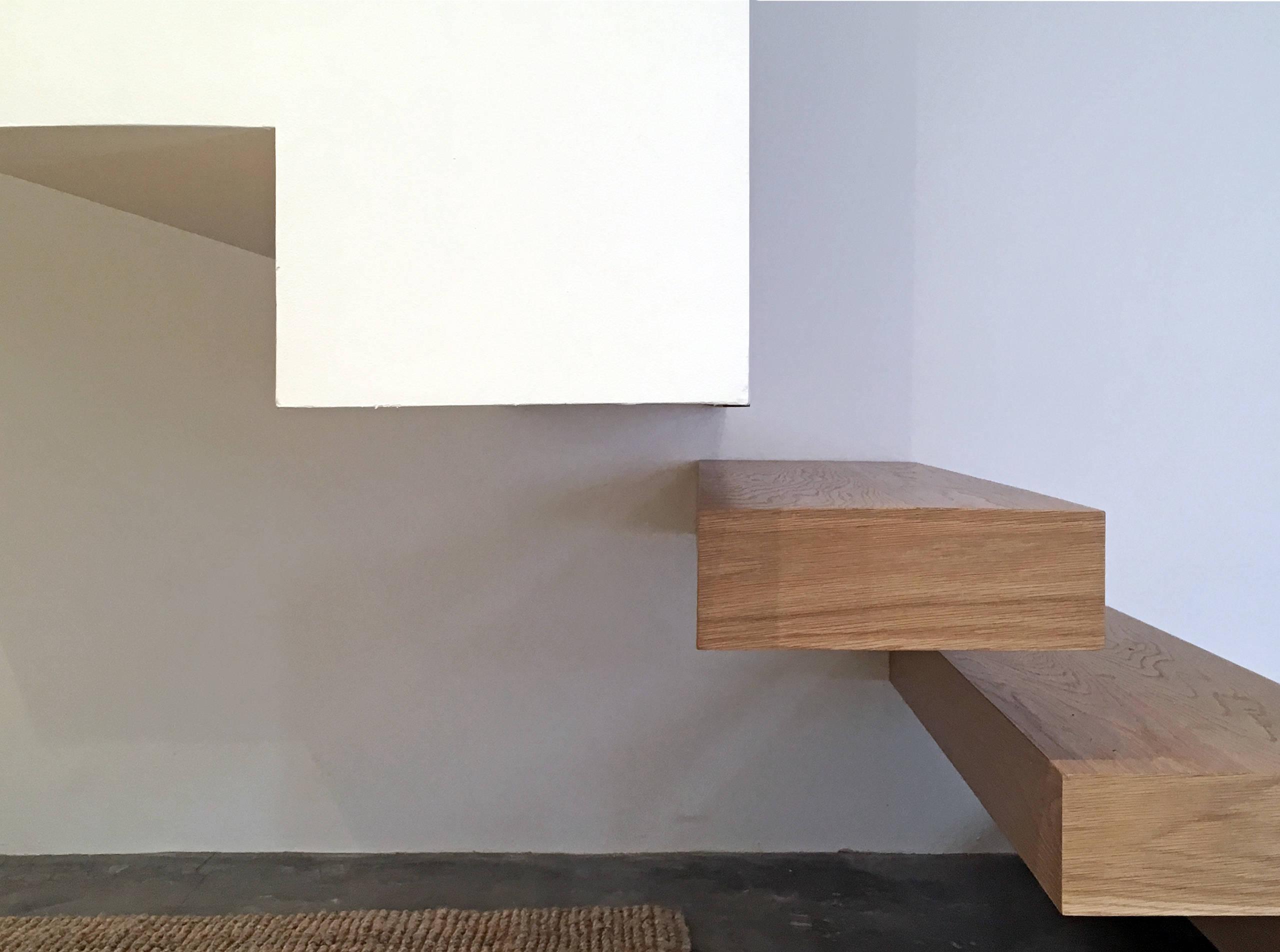 Detalle del cambio de material en la escalera