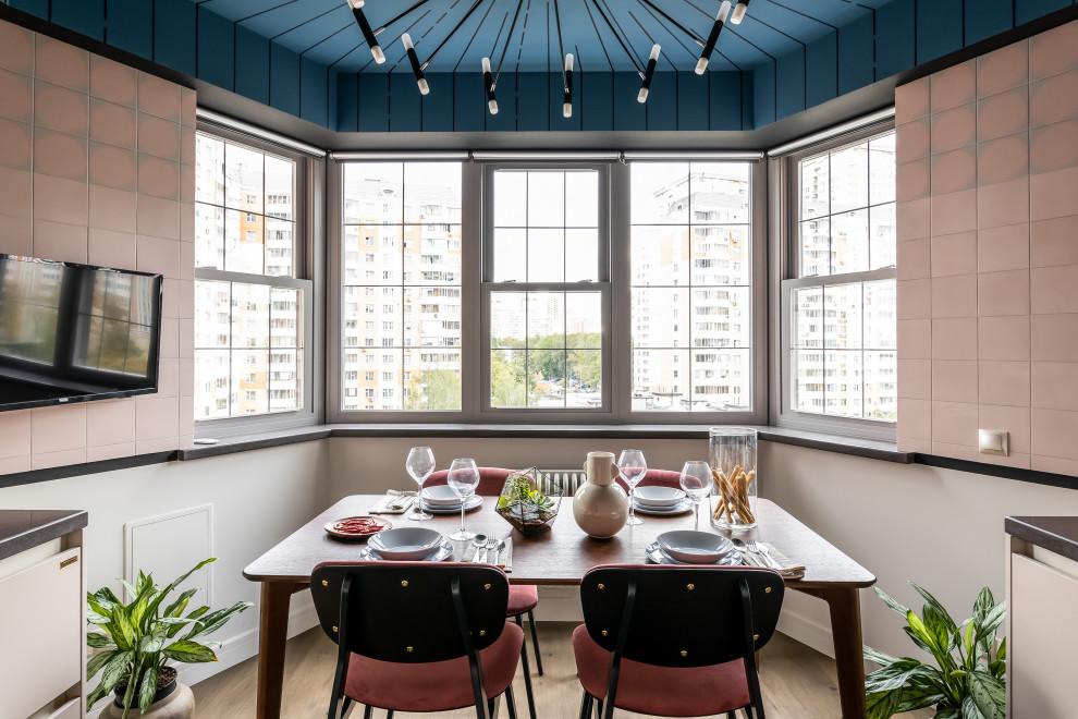 Дизайн кухни с белыми фасадами, синим потолком и эркером
