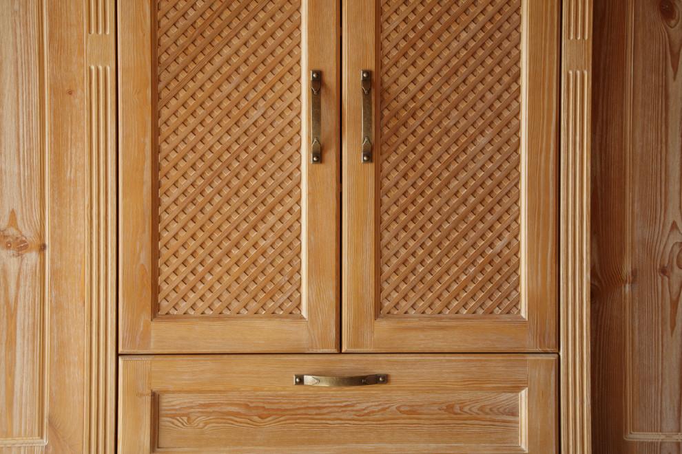 Detail Ziergitter, Maaivholzrahmen der Türen sowie die seitlichen Lisenen.