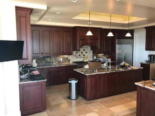 Kitchen - traditional kitchen idea in Orange County