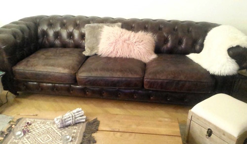 d coration salon avec un canap chesterfield en cuir. Black Bedroom Furniture Sets. Home Design Ideas