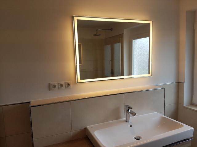 eine moderne dusche mit einer walk in trennwand und holzoptik bodenfliesen. Black Bedroom Furniture Sets. Home Design Ideas
