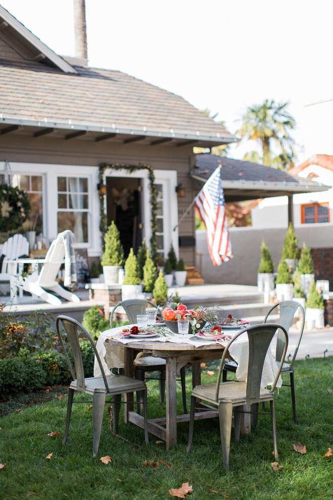 Example of an eclectic home design design in Sacramento