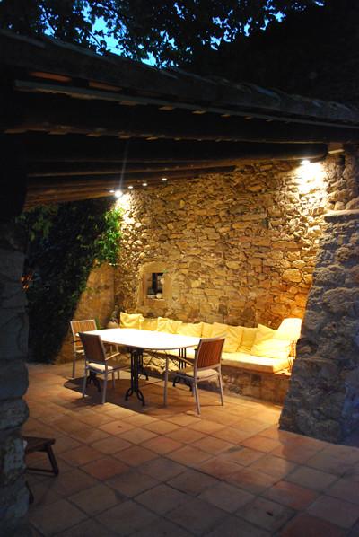Iluminaci n exterior cenar en un porche r stico for Lamparas porche exterior