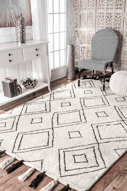 Hand-Tufted Moroccan Diamond Tassel Area Rug, Ivory, 4&x27;x6&x27;.
