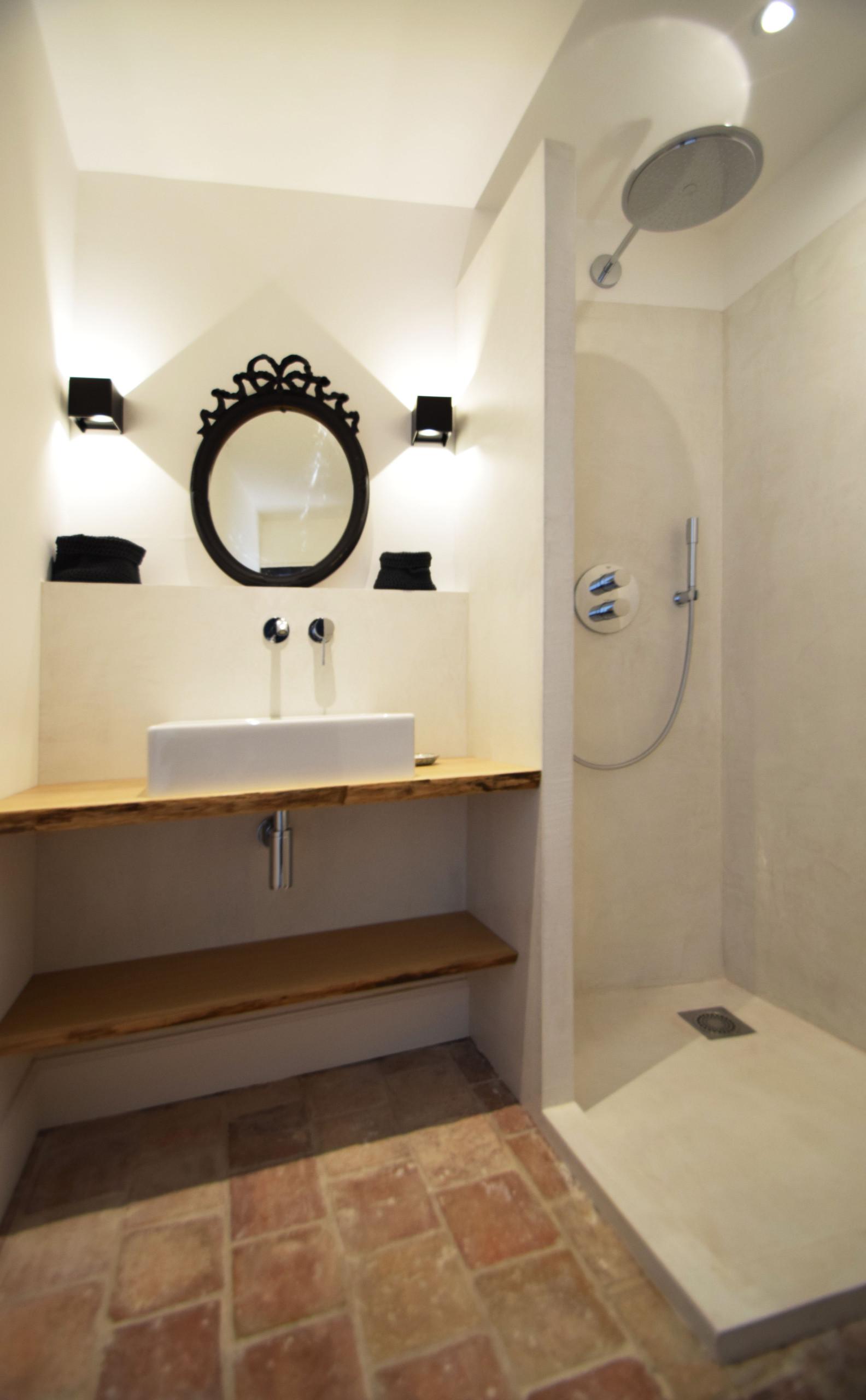 Enduit décoratif lissé sur le receveur et murs intérieurs douche