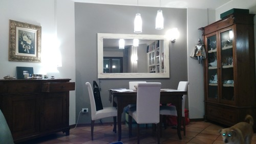 Living moderno con pavimenti in piastrelle cotto - Colore divano pavimento cotto ...