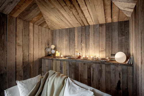interiores de madera de las cabañas en portugal de alquiler en la Reserva Natural do Sado en portugal del estudio de arquitectura aires mateus en diariodesign magazine