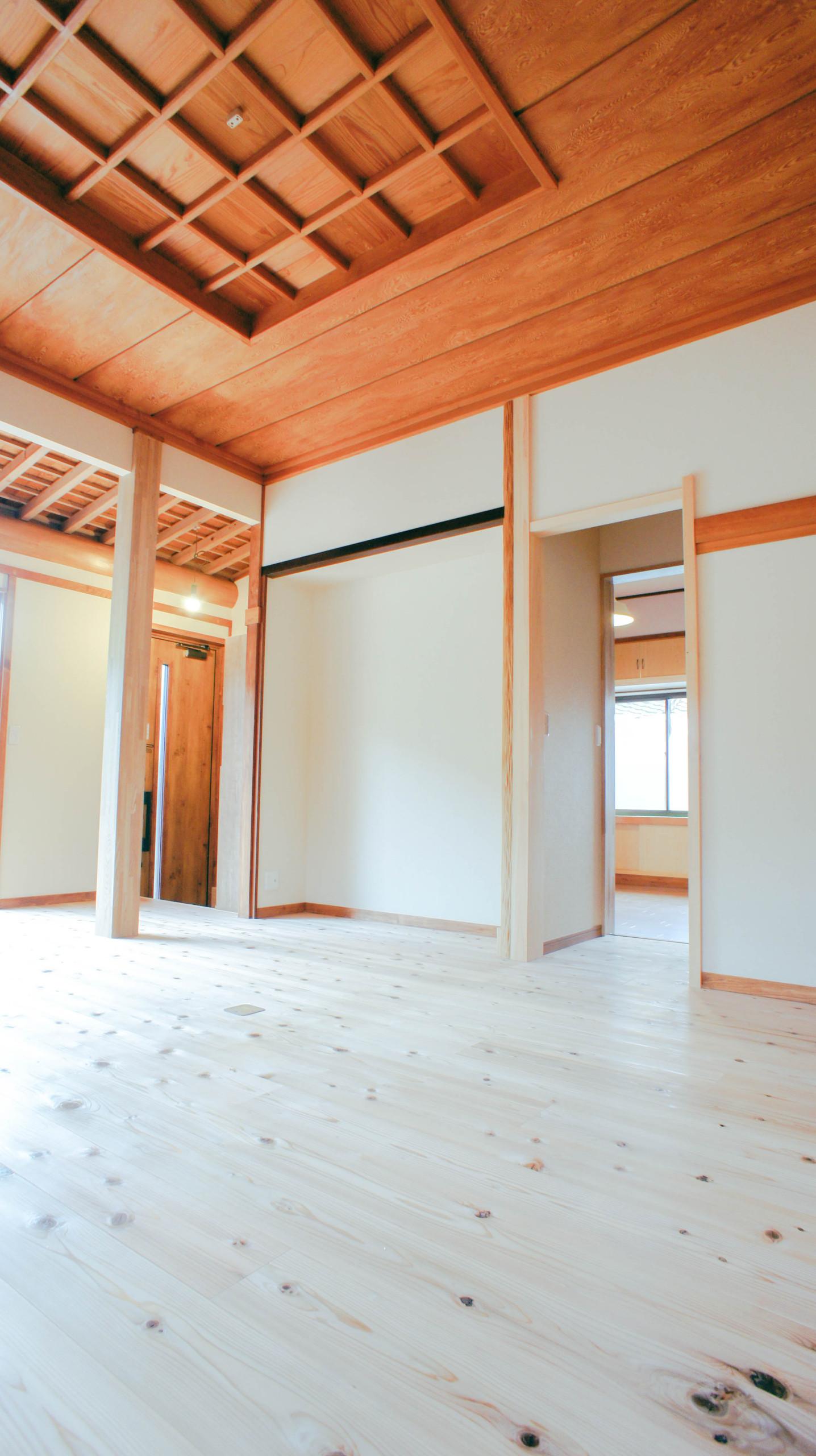 温かみあふれる杉の床板と貫禄のある格天井