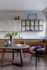 Проект недели Красный диван и бетон вместо классики и пастели (10 photos)