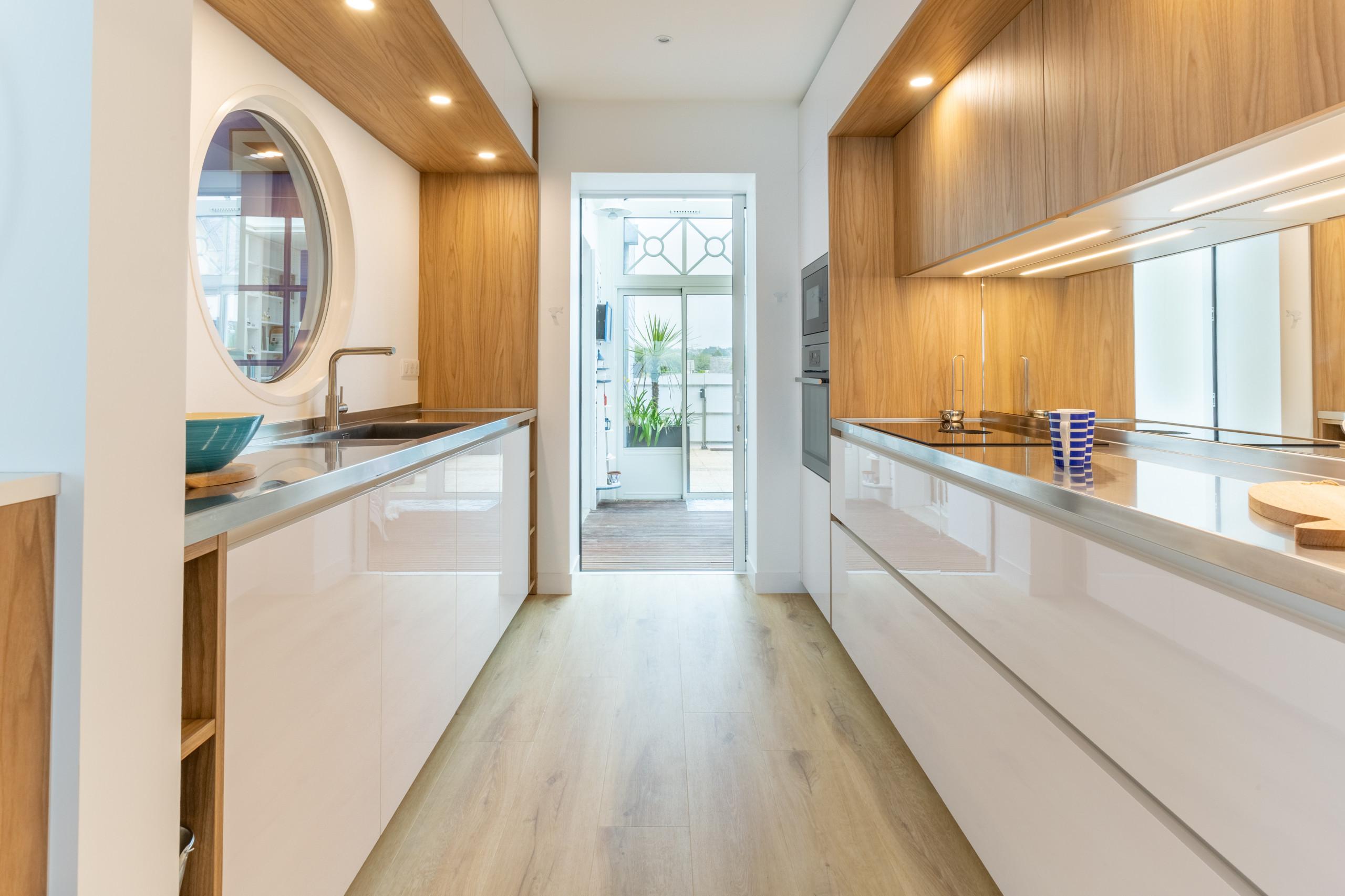 """Aménagement d'une cuisine """"couloir"""" dans une villa en bord de mer"""