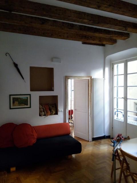 Esempio di un grande soggiorno minimal aperto con pareti bianche, parquet chiaro e libreria