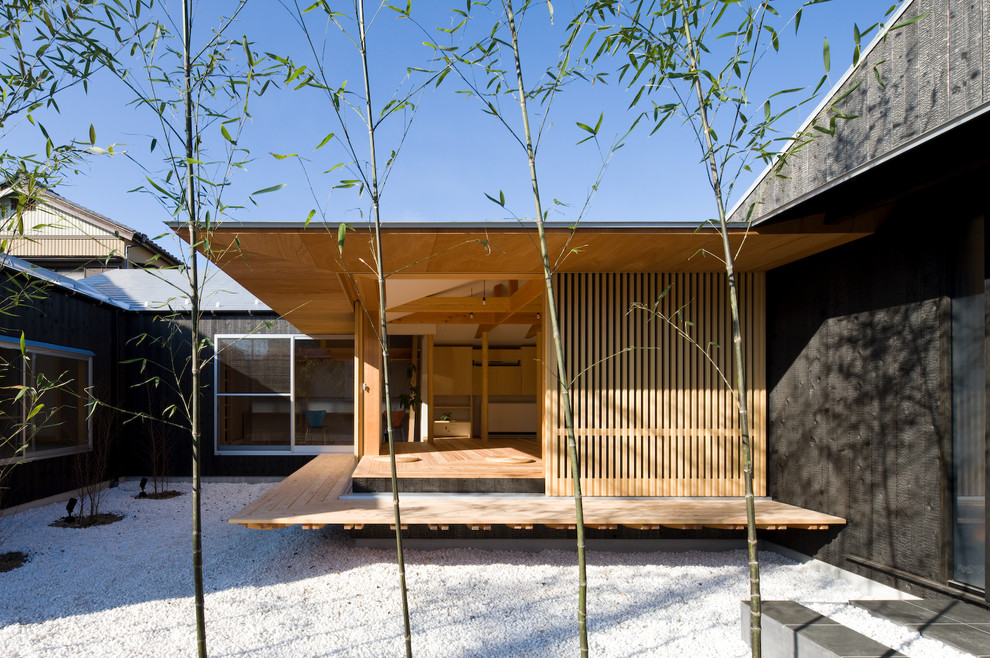 Inspiration for a zen deck remodel in Yokohama with a roof extension