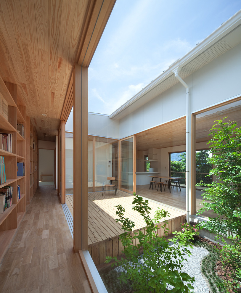 Inspiration for a modern deck remodel in Fukuoka with no cover