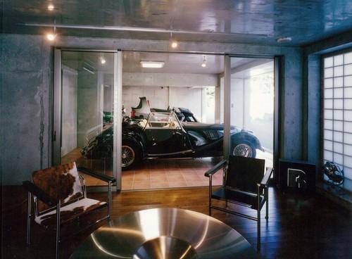 【Houzz】ショールームのようなガレージと駐輪場のある家 3番目の画像