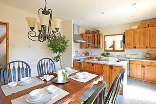 大径の無垢材を組み上げたティンバーフレームの家 カントリー-キッチン