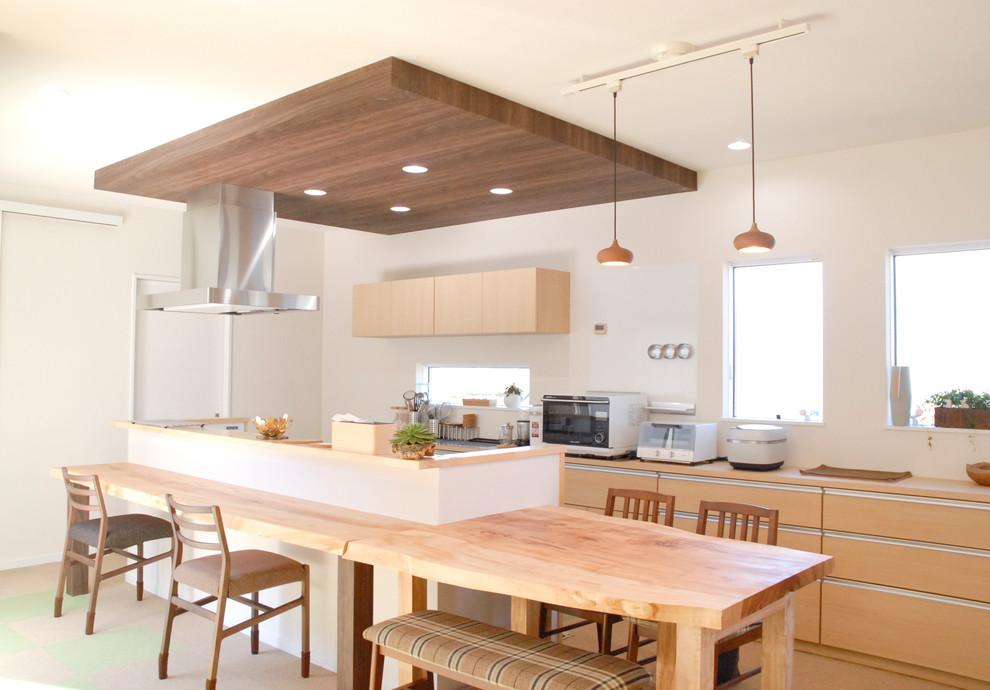 他の地域の広いアジアンスタイルのおしゃれなキッチン (一体型シンク、中間色木目調キャビネット、人工大理石カウンター、マルチカラーの床) の写真