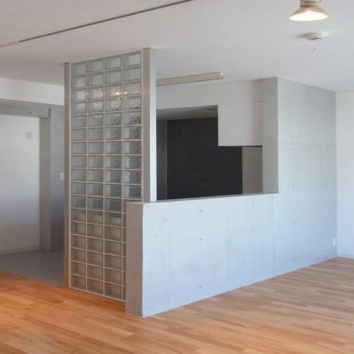 コンクリート柄の壁紙をアクセントクロスに使った賃貸マンション