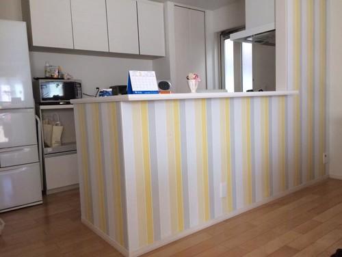 キッチンカウンターに黄色のアクセントクロス
