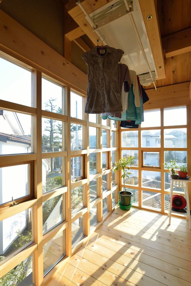 他の地域のアジアンスタイルのサンルームの画像 (無垢フローリング、標準型天井、茶色い床)