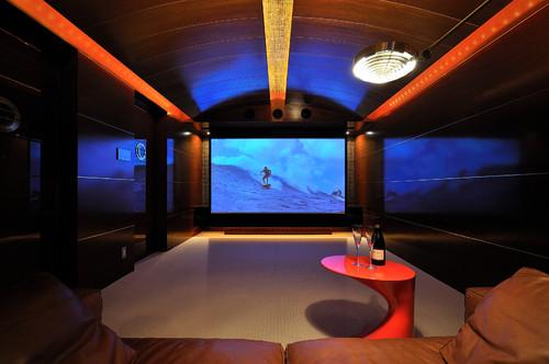 照明や天井のデザインがとても個性的です。こちらは少人数でしっとりと映画などを楽しむのにいい空間です。