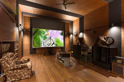 ウッド調のお部屋は重厚感があり、上質な大人の時間を過ごせそう。照明のつき方もおしゃれです。