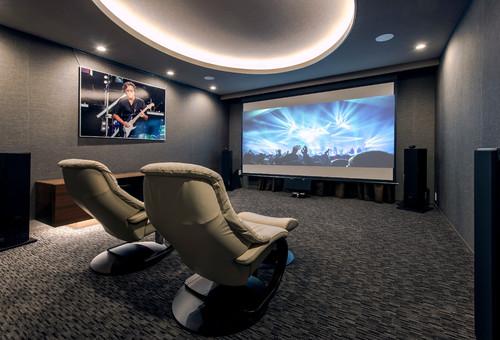 座り心地抜群のソファは夫婦で座るのでしょうか?好きな映画をリッチなソファに座りながら鑑賞できたら幸せです。