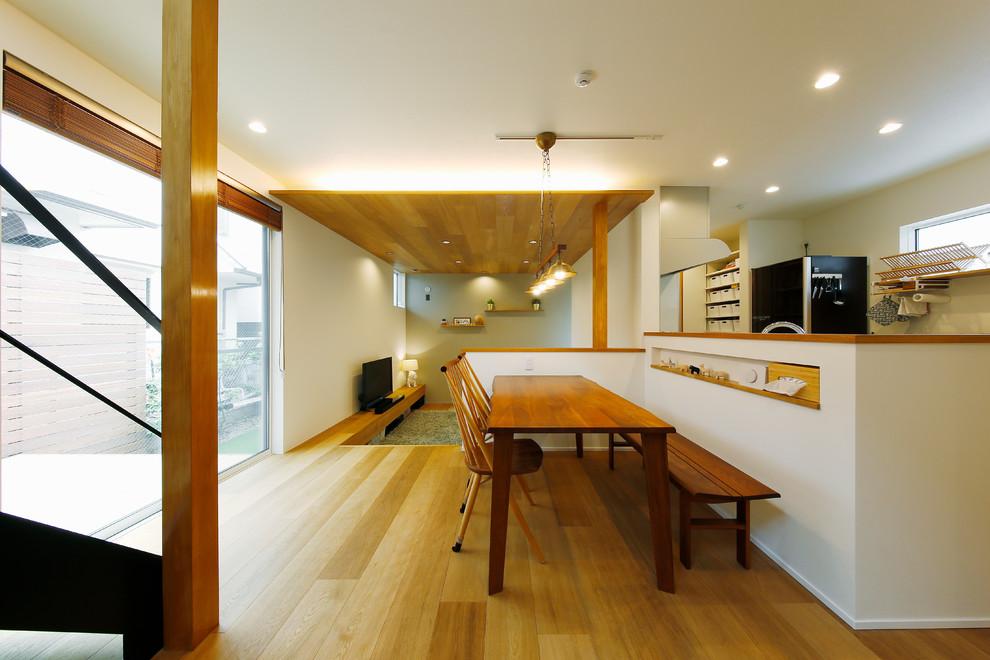 東京23区の中サイズの北欧スタイルのおしゃれなLDK (白い壁、無垢フローリング、茶色い床) の写真