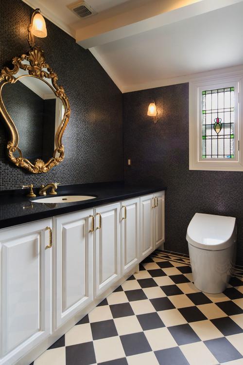 黒のタイル柄クロスを使ったトイレ事例
