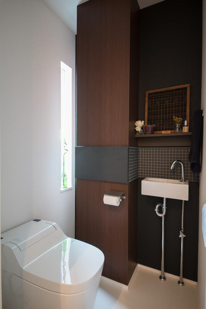 他の地域のモダンスタイルのトイレ・洗面所の画像 (濃色木目調キャビネット、白いタイル、磁器タイル、白い壁)