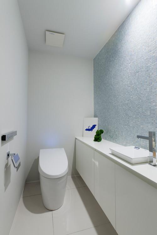 白い壁と薄い水色にライトの色を反射させることでより明るい空間に。モスで作った小物を置けばカワイイ場所に早変わり♪