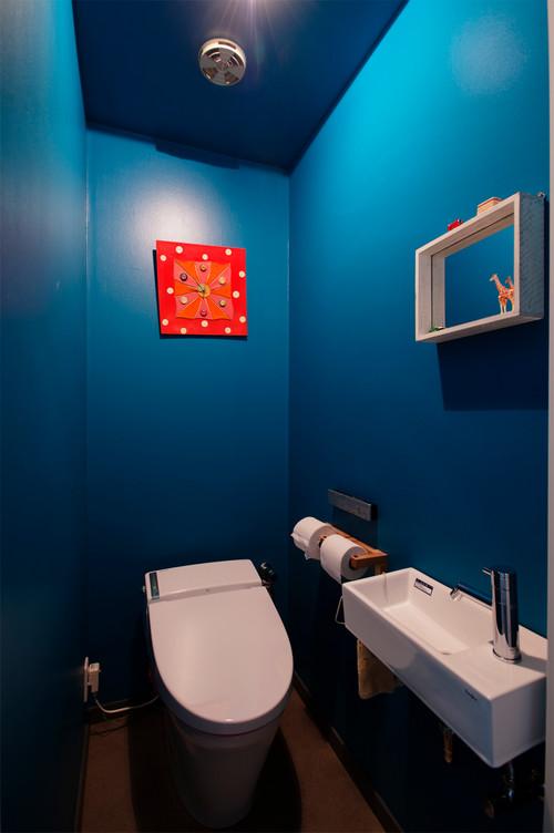 ブルーの壁紙を使ったトイレの施工事例