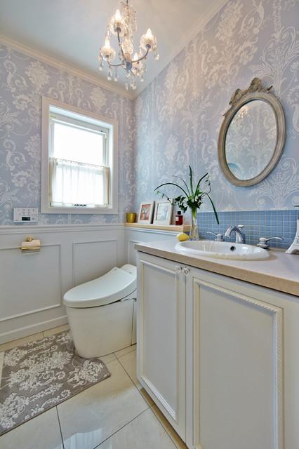 中庭を望む家 トラディショナル-トイレ洗面所