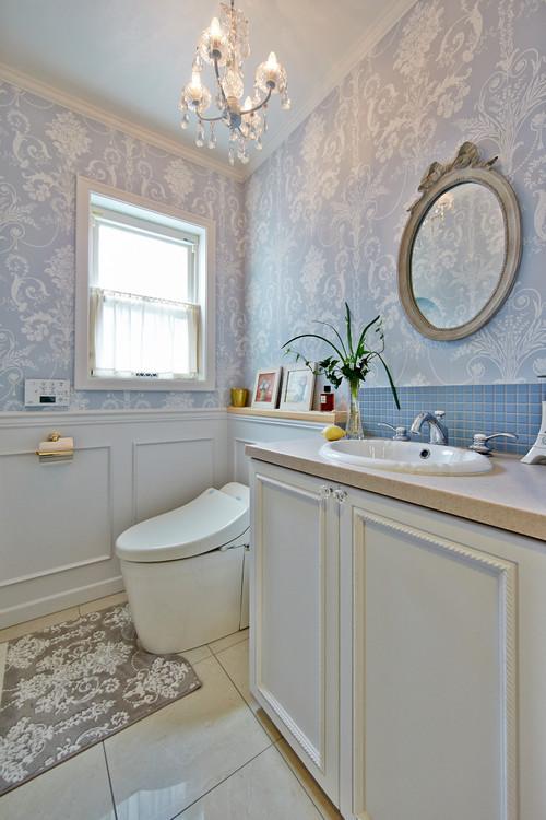 ヨーロッパ風の壁紙を使ったトイレ