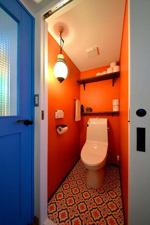 オレンジの壁紙を貼ったトイレの施工事例