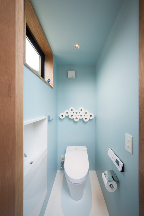 水色の壁紙を使ったトイレの施工事例