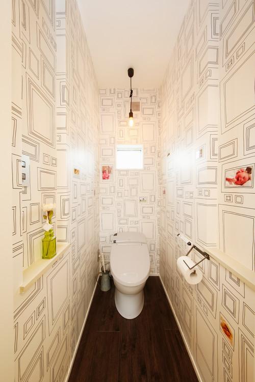 幾何学模様の壁紙を使ったトイレ