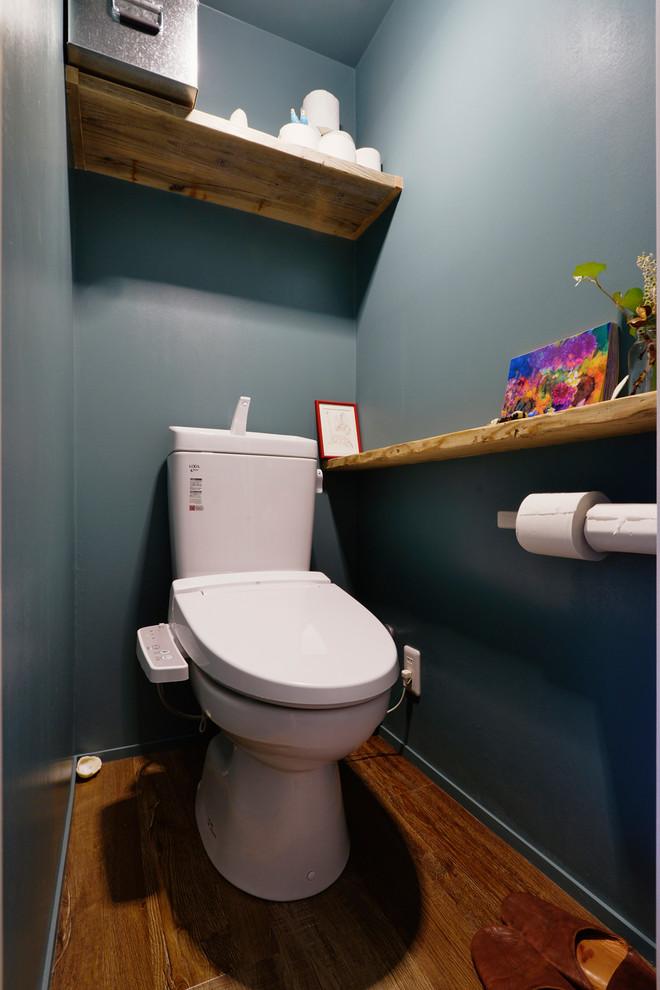 モダンスタイルのトイレ・洗面所の画像 (青い壁、無垢フローリング、茶色い床)