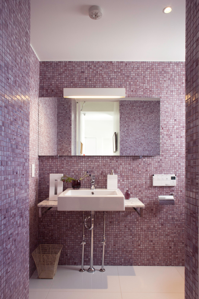 Идея дизайна: туалет в современном стиле с плиткой мозаикой, фиолетовыми стенами, настольной раковиной, розовой плиткой и белой столешницей