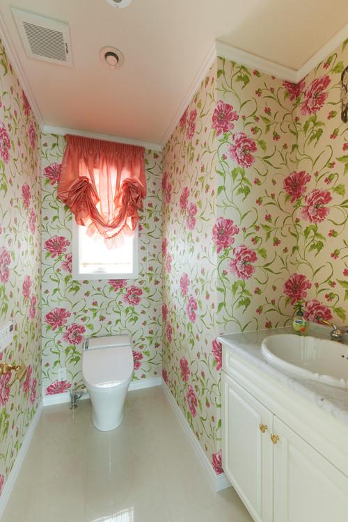 大きな花柄壁紙を使ってエレガントになったトイレの施工事例