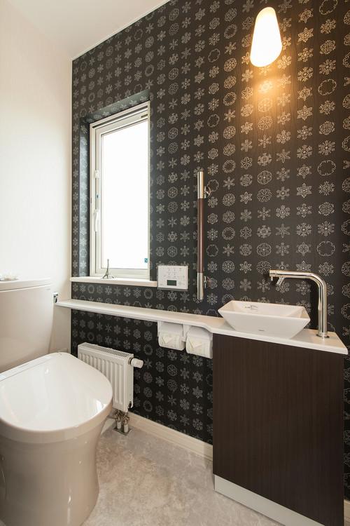 シックな壁紙を使ったトイレの施工事例